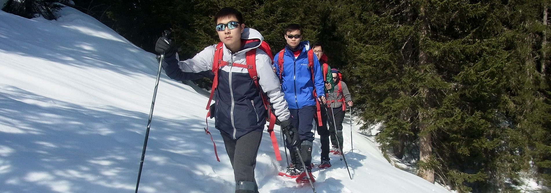 Snowshoeing: The schedule also contains outdoor education in winter, like here on a snowshoe tour in the Allgäu.